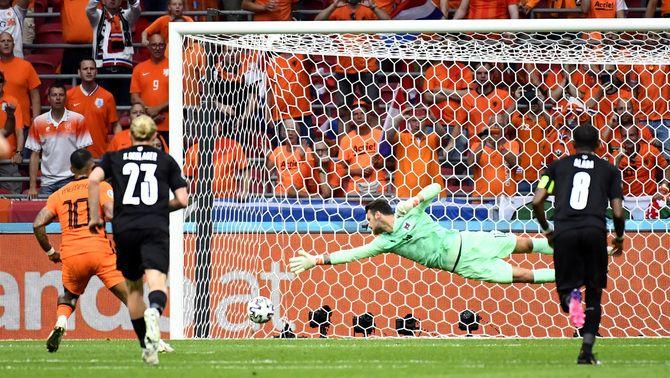 Un gol i una assistència de Memphis facturen Holanda cap als vuitens (2-0)