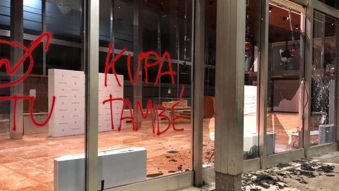 Destrosses a l'edifici de l'Ajuntament de Barcelona en la marxa contra els desnonaments