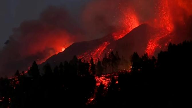 Rius de lava baixen del Cumbre Vieja en direcció al mar