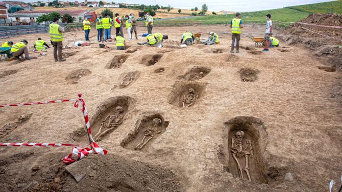 Les obres en una autovia treuen a la llum una necròpolis medieval amb 90 tombes