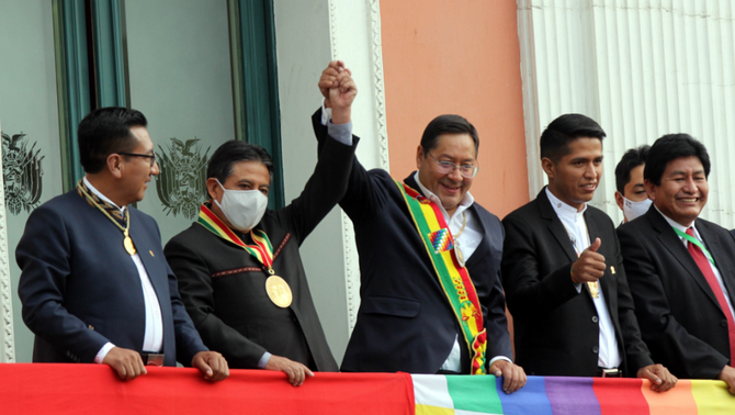 El nou president de Bolívia, Luis Arce, al balcó del Palau de Govern (EFE/Juan Carlos Torrejón)