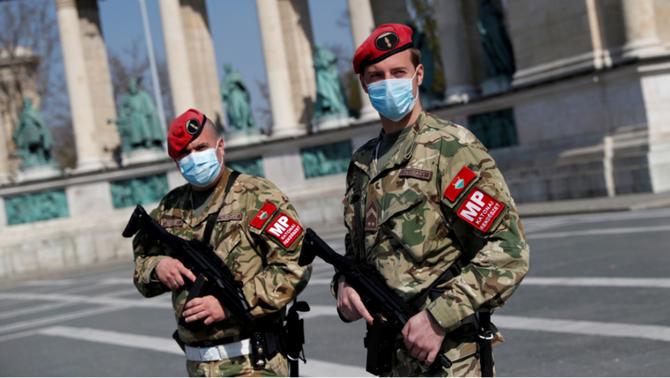 """Els efectes de la pandèmia amenacen una democràcia """"ja debilitada"""" arreu del món"""