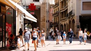 Diverses persones a mascaretes l'Eix Comercial de Lleida diumenge al migdia (ACN/Anna Berga)