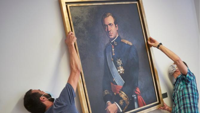 Retiren el retrat del rei emèrit del Parlament de Navarra