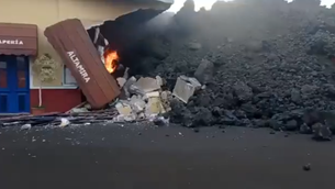 El volcà de La Palma engoleix Todoque: els veïns s'afanyen a salvar el que poden