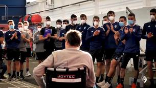 Unzué, en cadira de rodes davant dels jugadors de l'Osasuna
