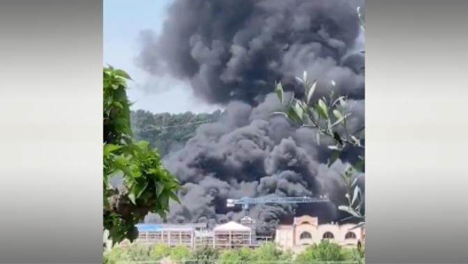 Espectacular incendi al centre comercial la Roca Village, tancat a causa de la Covid-19