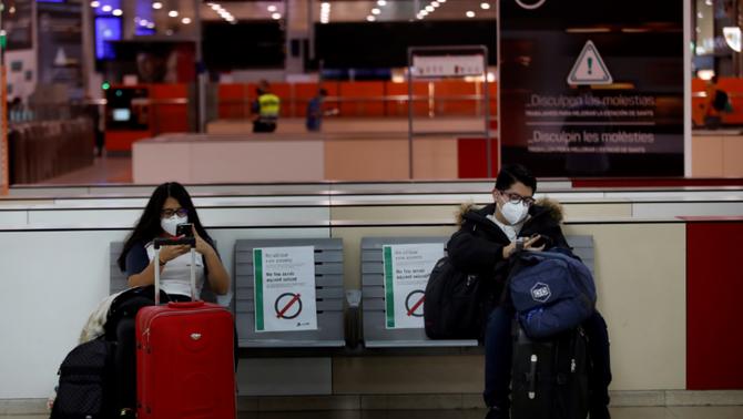 Dos viatgers esperen a l'estació de Sants de Barcelona (EFE)
