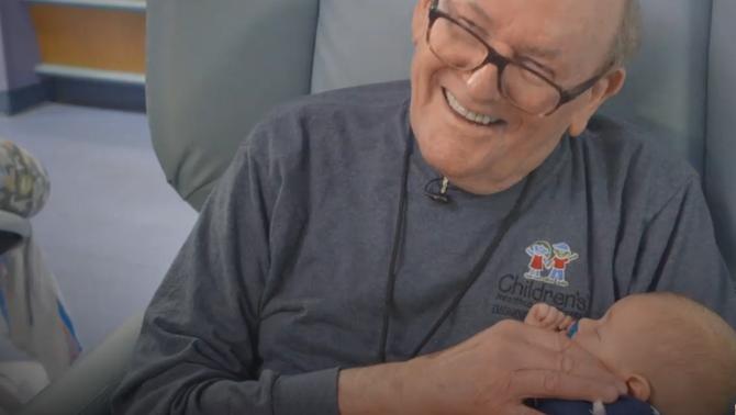 L'avi de l'UCI: abraça nadons prematurs quan els pares no ho poden fer