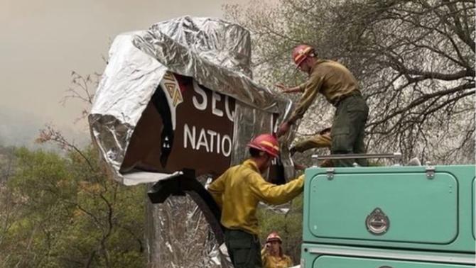 Els bombers també han cobert amb mantes resistents al foc l'històric cartell d'entrada al parc natural (Sequoia and Kings Canyon National …