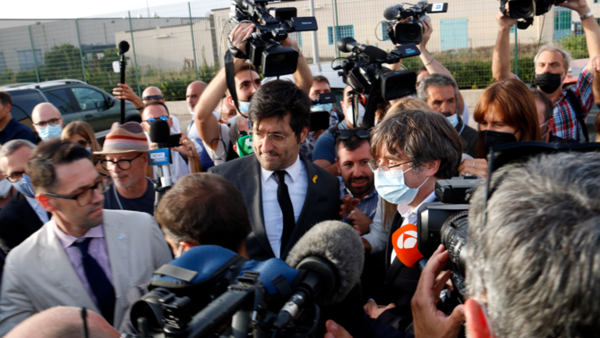 Puigdemont ha comparegut uns minuts davant els periodistes davant la presó d'alta seguretat on ha passat la nit