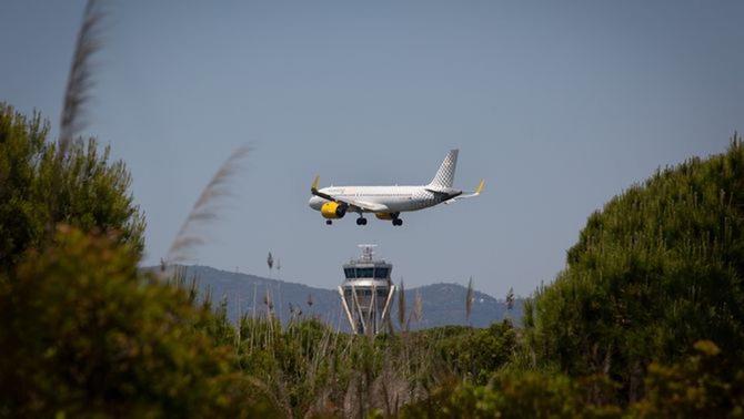 Un avió volant per sobre l'estany de la Ricarda