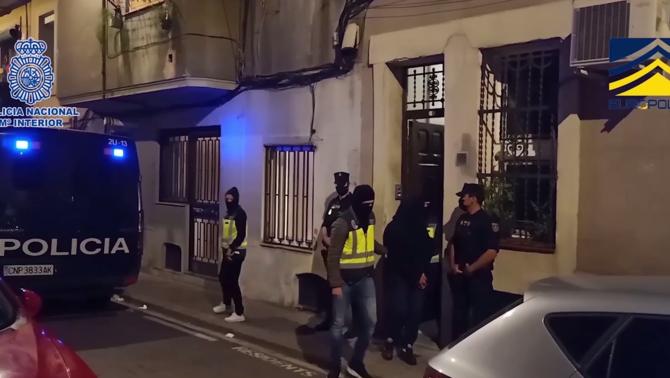 Els agents s'enduen un dels detinguts en l'operació