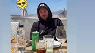 El troleig de Suárez a Messi prenent el sol