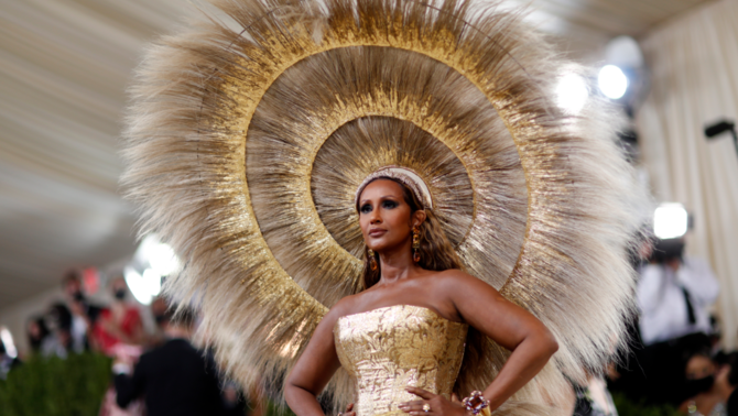 La model Imanapareixia amb un impressionant vestit de color daurat per, diu, 'donar un raig de llum després de tota la foscor que sentíem' (Reuters/Mario Anzuoni)