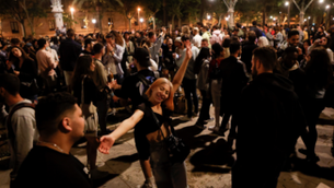 Milers de persones van sortir a la mitjanit per celebrar la fi del toc de queda (EFE/ Quique Garcia)