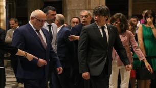 El fins ara conseller d'Empresa i Coneixement, Jordi Baiget, arriba al saló Sant Jordi en l'acte de la seva destitució, juntament amb el seu successor en el càrrec, Santi Vila, i amb el president de l