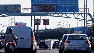 Sortida de vehicles aquest divendres de l'àrea de Barcelona (EFE/ Quique Garcia)