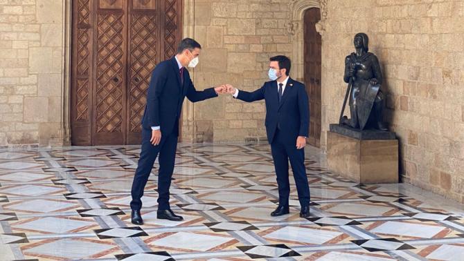 Aragonès i Sánchez se saluden a la galeria gòtica abans de començar la reunió